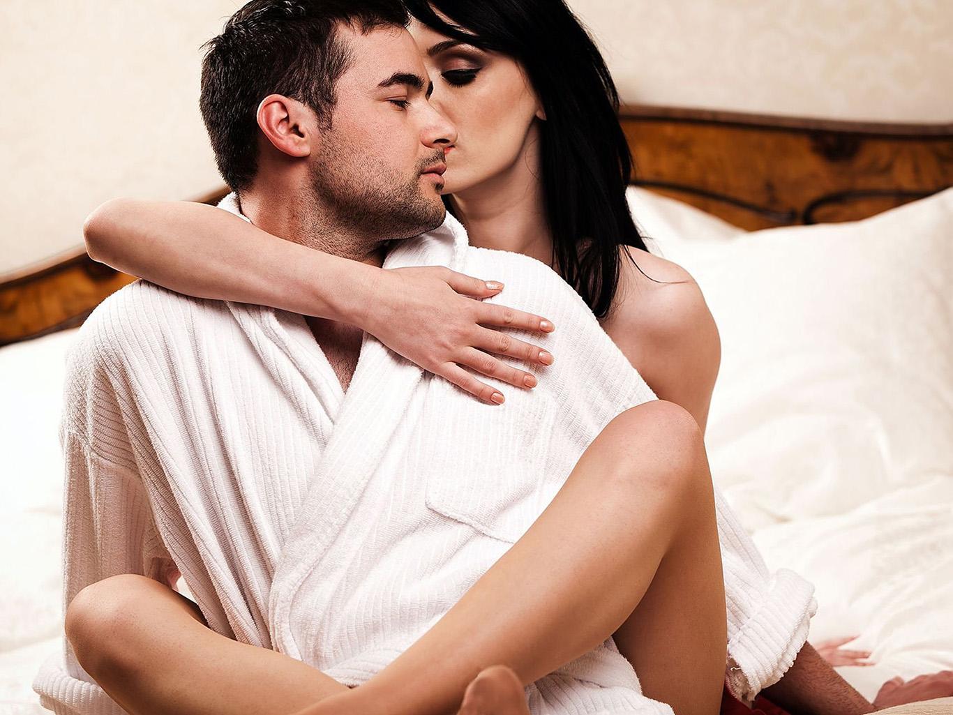возбуждать в как кровати девушку